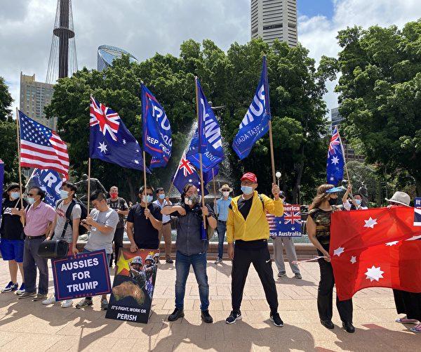 全球矚目的美國大選進入塵埃落定的關鍵時刻。1月6日,澳洲民眾再次在悉尼市中心舉辦挺特朗普連任、反竊選的遊行集會。圖為在悉尼海德公園等待出發的集會人士。右起第三為趙先生。(李睿/大紀元)