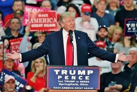 作為一個政治新人,特朗普沒有任何政治歷史包袱,其特立獨行的風格也與世界及美國面臨的變局需求相吻合。大選期間特朗普曾炮轟中共,大選前夕,特朗普團隊表態反對中共迫害信仰。特朗普如果當選美國總統,料將相對較少受以前政黨政治的束縛,其新的施政風格與措施,尤其在迫害法輪功這一中國政局核心問題——也是決定世界新格局的關鍵問題上,若與習近平當局默契互動,將有助於中國政經變局的平穩過渡、世界政經秩序的重建,以及道德的回歸。(PAUL VERNON/AFP/Getty Images)