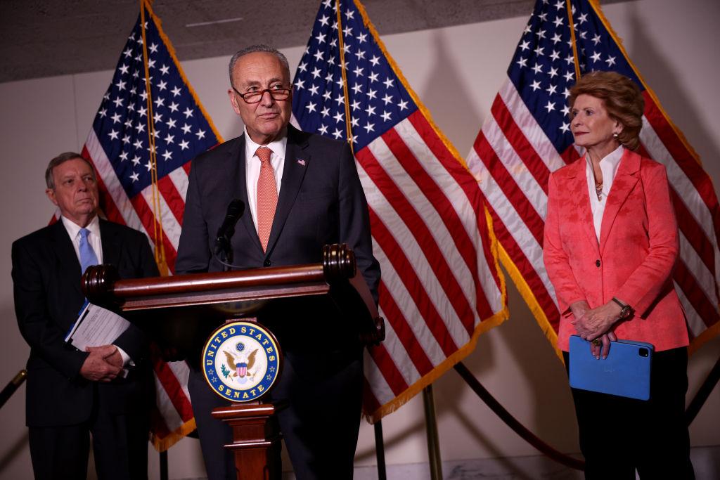 2021年6月8日,美國參議院多數黨領袖查理斯·舒默(中)與參議員理查德·德賓(左)和參議員黛比·斯塔貝諾(右)在國會參議院民主黨午餐會後出席新聞發佈會。(Kevin Dietsch/Getty Images)