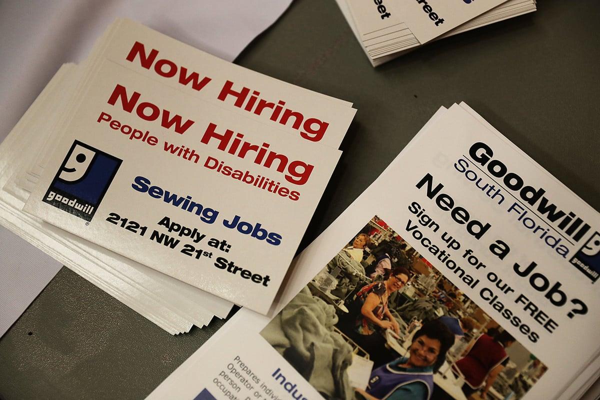 根據一份最新民調,美國人終於擺脫十年前經濟大衰退的夢魘,開始感受到經濟榮景所帶來的好處。(Joe Raedle/Getty Images)