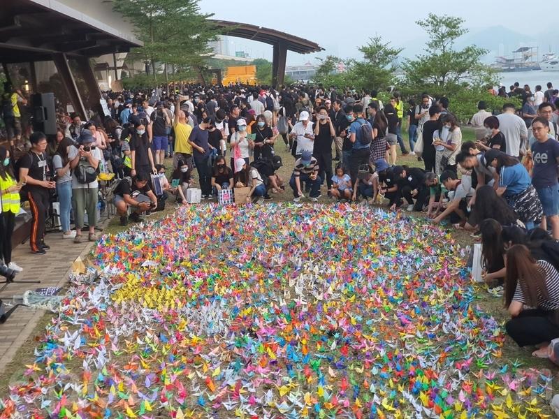 【10.27追悼會組圖】自由紙鶴悼念反送中傷亡港人
