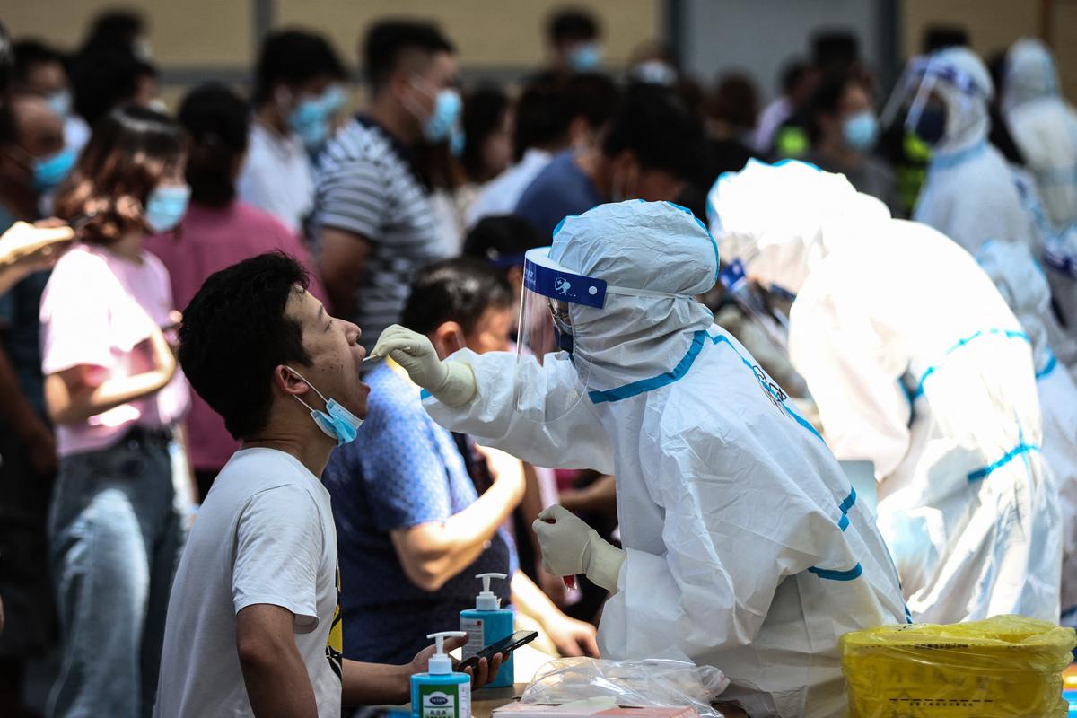 2021年7月21日,南京市的居民在排隊接受COVID-19核酸檢測。(STR/AFP via Getty Images)