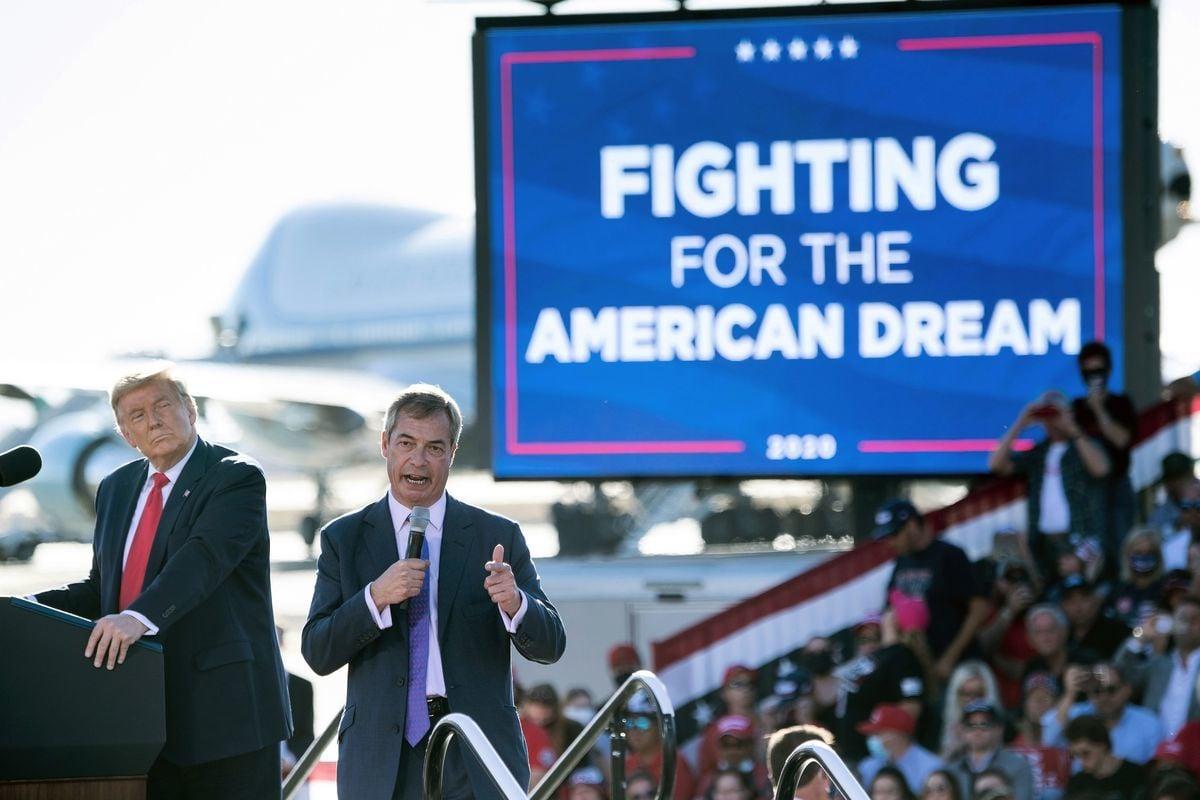 10月28日,在亞利桑那州古德伊爾市的競選集會上,特朗普總統邀請英國脫歐黨黨魁奈傑爾‧法拉奇(Nigel  Farage,右)上台發言。(BRENDAN SMIALOWSKI/AFP via Getty Images)