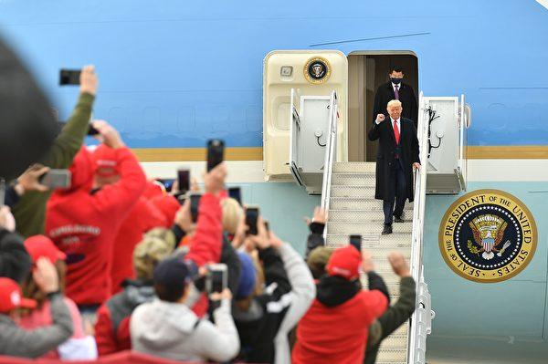 2020年10月25日下午特朗普總統來到新罕布什爾州發表「讓美國再次偉大」演講,大批民眾歡迎。(MANDEL NGAN/AFP via Getty Images)