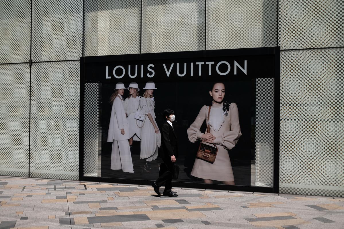 LVMH全名是曾經三個歐洲奢侈老牌的縮寫,LV是路易・威登(Louis Vuitton),M代表有近三百年歷史、王室御用香檳品牌酩悅(Moet & Chandon),而H則是世界最知名的白蘭地品牌軒尼詩(Hennessy)的縮寫。(Photo by Philip FONG/AFP)