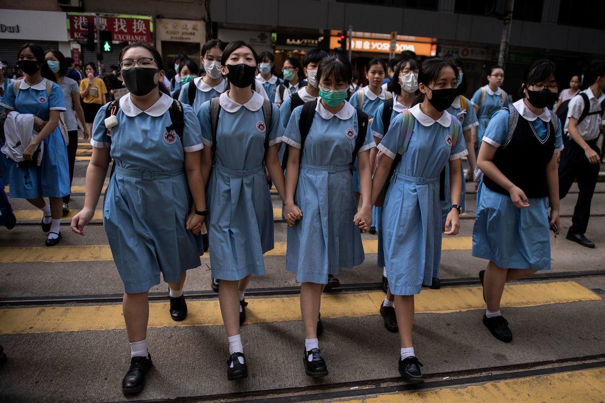 中共港區政協委員、僑聯常委蔡黃玲玲聲稱「香港教育必須向祖國學習」。此番言論引來大陸網民的嘲諷。圖為香港學生。(NICOLAS ASFOURI/AFP via Getty Images)