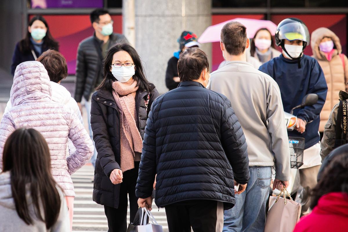 中華民國總統蔡英文1月30日表示,政府會以統一徵購、調控、售價等措施來確保國內口罩供需無虞。圖為台北市區大多數民眾皆戴口罩。(陳柏州/大紀元)