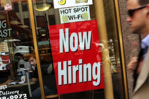 儘管美國2019年第一季經濟緩增,但就業市場持續火熱,單周首度申請失業救助人數創下49年最低。(Spencer Platt/Getty Images)
