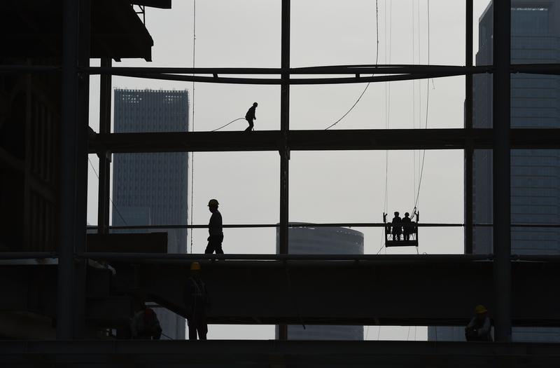 有學者表示,人民幣快速貶值會全面增加大陸金融風險。(GREG BAKER/AFP/Getty Images)