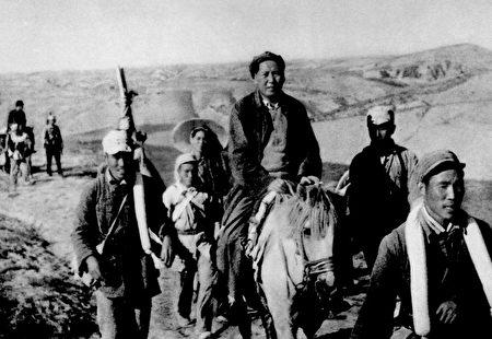 中共的第五次反圍剿遭到慘敗,中央紅軍被迫逃亡,向西突圍,逃亡到陝北時,紅軍主力由八萬多人減至六千人。(AFP/Getty Images)