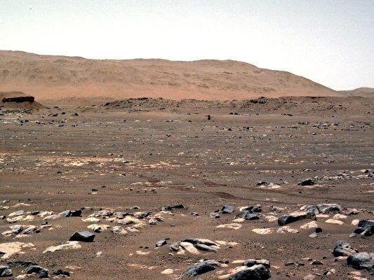 2021年4月19日,「創新號」(Ingenuity)創造了歷史,首次在另一個星球上進行動力控制飛行。這架位於這張圖片的中心附近的直升機,上升到離地面約三米(10呎),盤旋了幾秒鐘後,又落下來。(NASA/JPL-CALTECH)