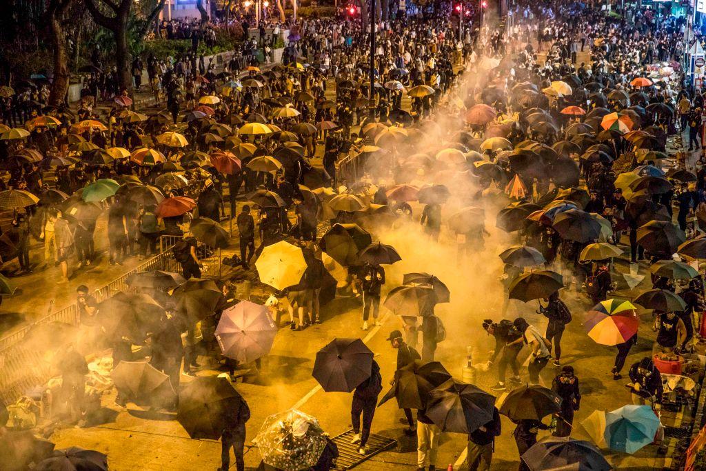 成千上萬名香港市民湧上街頭,趕往遭警察重重包圍的香港理工大學,但遭到警方催淚彈、水炮車強力阻截。(DALE DE LA REY/AFP via Getty Images)