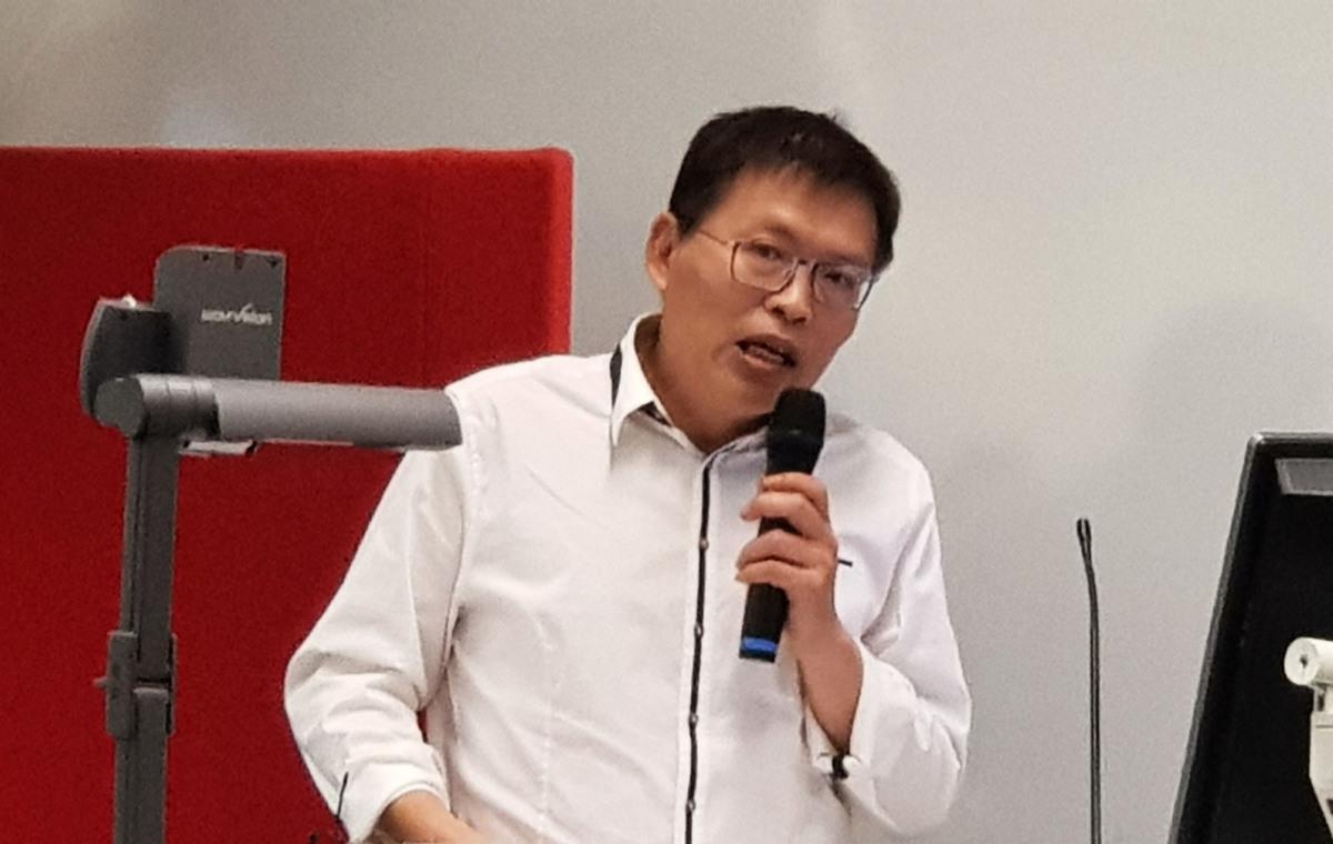澳洲法律人士朱峰在研討會上講解為中共做事的個人和機構要到《外國影響透明登記》機構登記。(駱亞/大紀元)