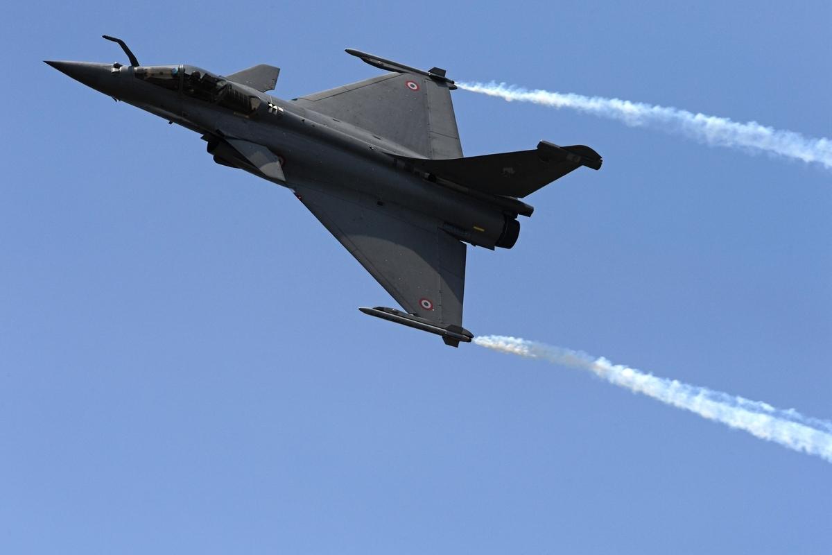 2月17日下午,法國一架「陣風」戰鬥機在執行低度飛行訓練時意外撞斷電線,導致該國南部的一個小村莊斷電數小時。圖為一架正在航空展上飛行表演的「陣風」戰鬥機。(CHRISTOPHE ARCHAMBAULT/AFP via Getty Images)