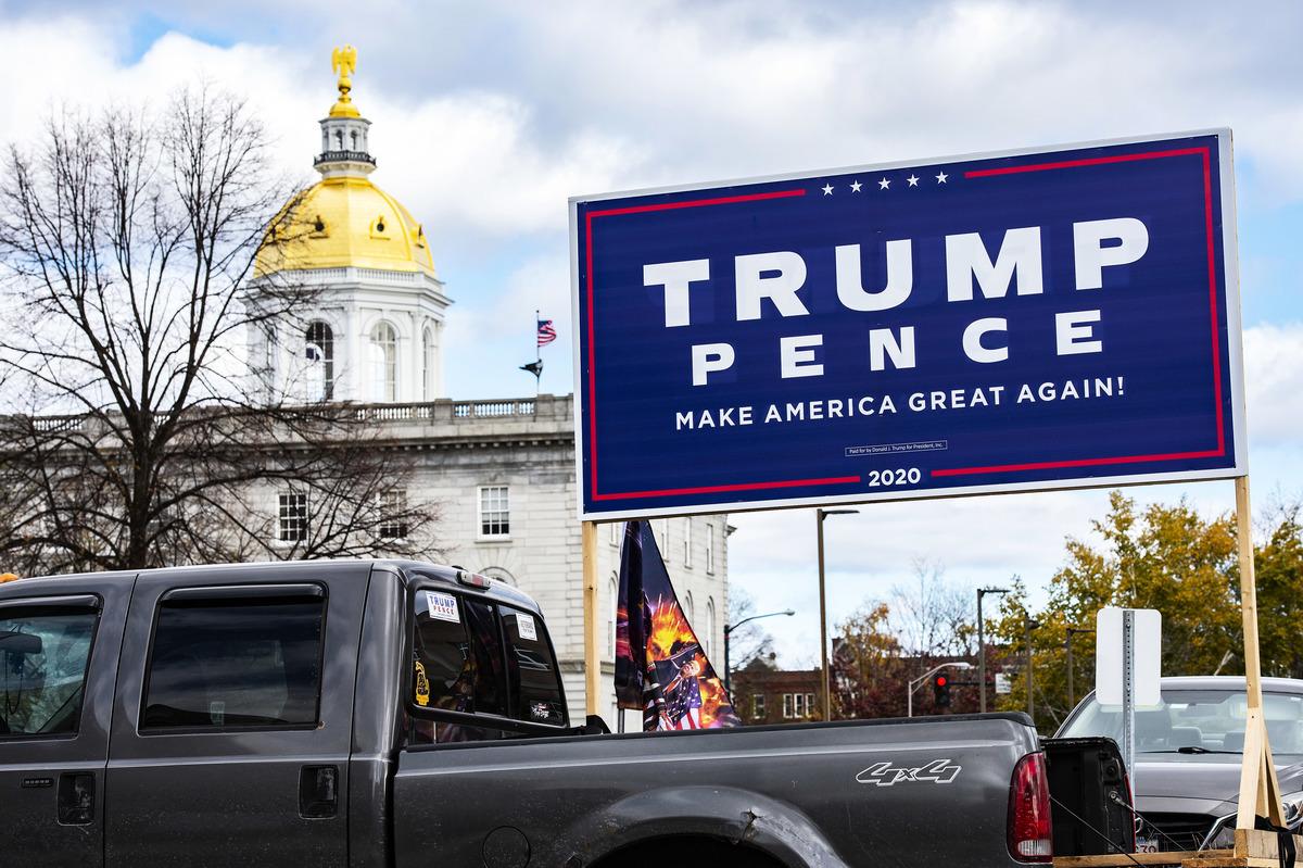 2020大選後,共和黨在各州議會中的領先席次增加了67%,在新罕布什爾州更增加了61席,成功翻轉兩議院。圖為新罕布什爾州議會大樓附近的特朗普競選標語。(JOSEPH PREZIOSO/AFP via Getty Images)