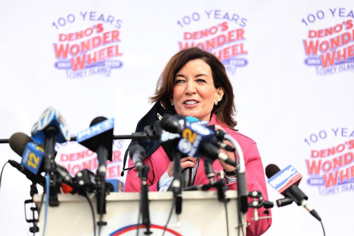 紐約州長科莫2021年8月10日宣布辭職,副州長胡楚(Kathy Hochul)將接替州長一職。圖為2021年4月9日,紐約市布魯克林舉行科尼島公園重新開放活動,副州長胡楚發表講話。(Michael M. Santiago/Getty Images)