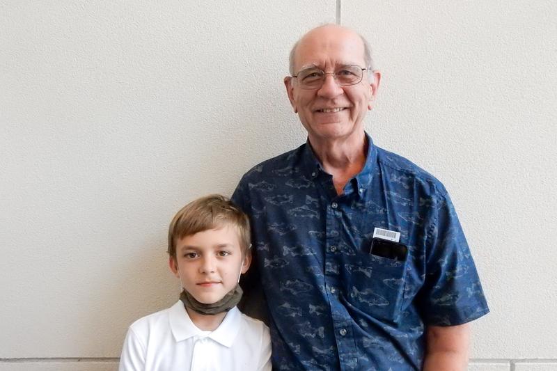 2021年6月27日,來自紐約New Paltz 的執業律師John Sisti,帶著孫子Huga一同觀看了神韻藝術團在康州斯坦福派雷斯劇院的第三場演出。(衛泳/大紀元)