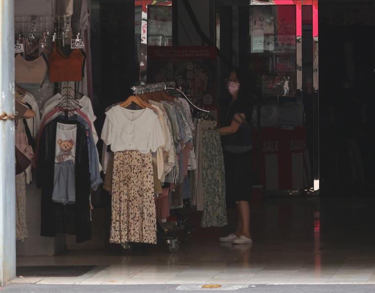 受興達電廠部分機組跳機影響,台北南京西路商圈店家5月13日下午突然跳電,許多商家內部暫陷入一片黑。(中央社)