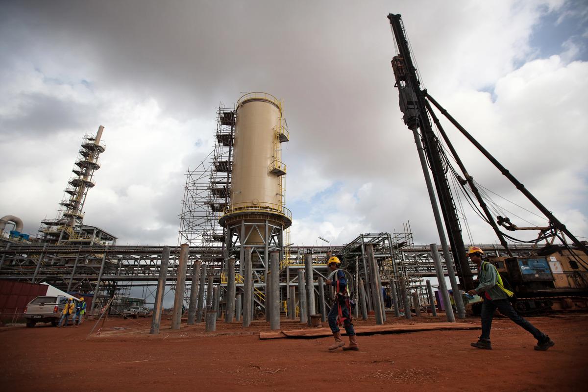 中共上個月揚言要制裁美國軍火商洛克希德・馬丁。美方立即做出行動,與相關廠商快速達成協議,加快稀土供應鏈發展。圖為澳洲礦業公司萊納斯(Lynas)2012年在馬來西亞營運的稀土加工廠。 (MOHD RASFAN/AFP via Getty Images)