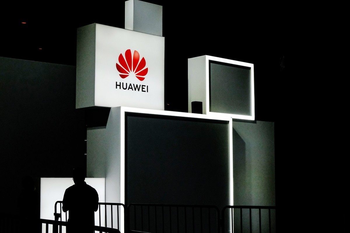 路透社2019年12月3日報道說,傳美國考慮將中國電訊公司華為從美國銀行體系中剔除,將其納入美國財政部的指定制裁清單。(STR/AFP via Getty Images)