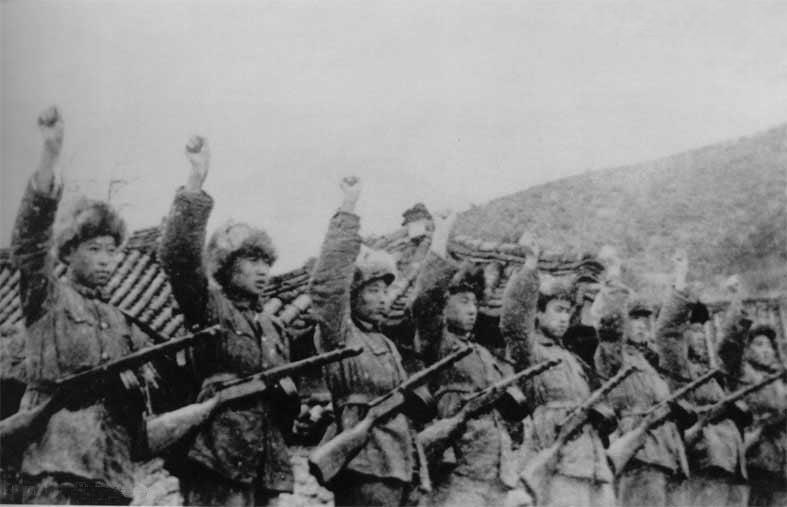 長津湖戰役前,中共軍隊誓師出戰,當時氣溫零下30攝氏度,但官兵僅穿單衣。因為沒有棉衣、缺少食品補給而凍餓交迫死傷很大。(公共領域)