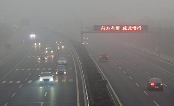 2012年3月17日,北京的一條高速公路。空氣污染使出行困難。(STR/AFP/Getty Images)