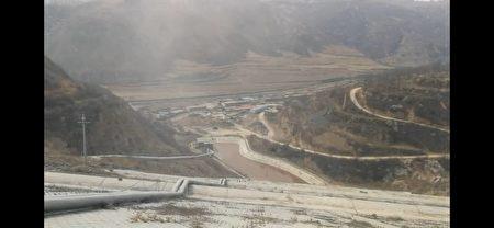2019年4月下旬,小張在山西省孝義市某鋁業有限公司外部拍攝當地遭廢氣污染的情況。(小張提供)