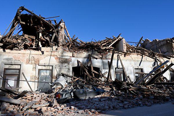 2020年12月29日,克羅地亞彼得里尼亞(Petrinja),該鎮遭受6.4級地震襲擊後,建築物和車輛嚴重受損。(DENIS LOVROVIC/AFP via Getty Images)