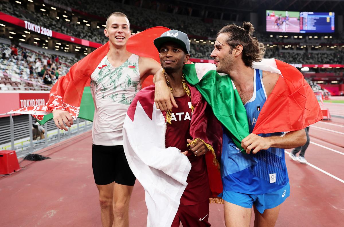 在東京奧運田徑賽場,卡塔爾選手巴爾希姆(中)和意大利選手坦貝公里(右)共同分享了男子跳高冠軍。白俄羅斯人內達塞考(左)獲得銅牌。(Christian Petersen/Gety Images)