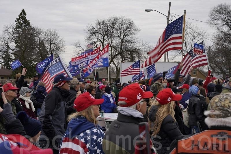 11月14日,威斯康辛州密爾沃基市(Milwaukee)的特朗普支持者在塞爾維亞館的宴會廳外舉行了第二次「捍衛選票」集會行動。(溫聖緣/大紀元)