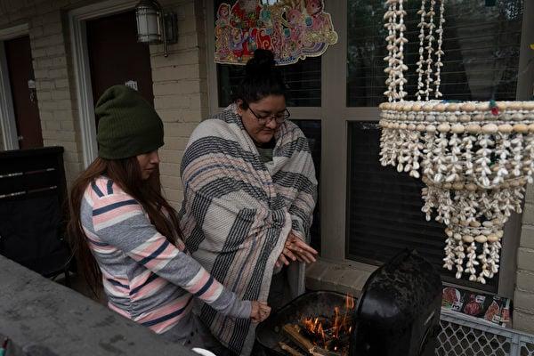 2月16日,寒冷天氣襲擊德州,侯斯頓居民遭到斷電的衝擊。(Go Nakamura/Getty Images)