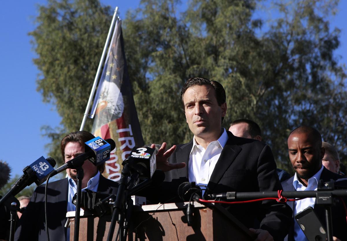 2020年11月5日,在北拉斯維加斯,前內華達州司法部長亞當‧拉克薩爾特(Adam Laxalt)在新聞發佈會上對媒體講話。( RONDA CHURCHILL/AFP via Getty Images)