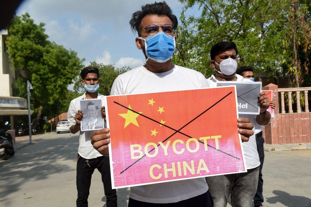 圖為2020年6月18日,為了抗議邊界衝突,印度掀抵制中國貨風潮。(Prakash SINGH/AFP)