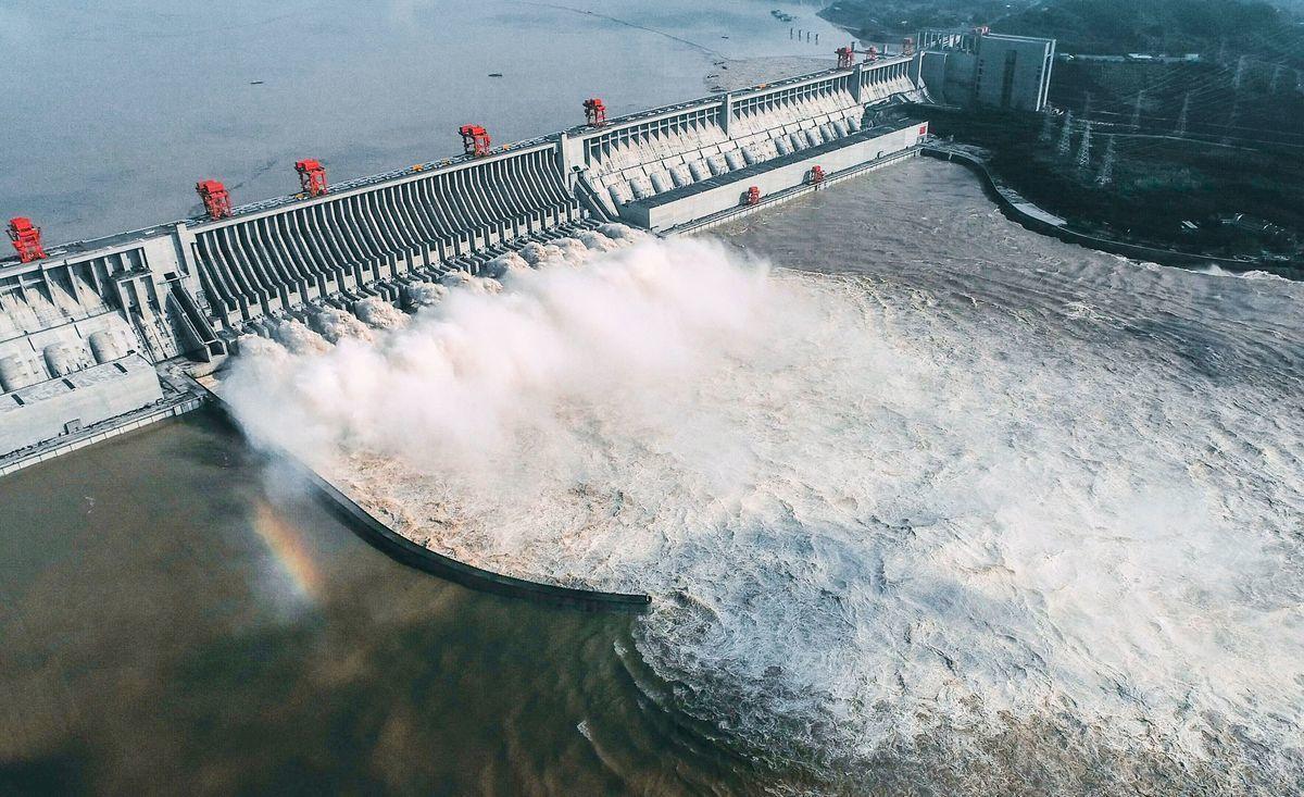 中共在長江中上游過度地建設水電站,以及對生態環境的破壞,導致長江中下游夏季洪水氾濫,冬季枯水期長達數月之久。圖為2020年8月23日航拍顯示的三峽大壩。(Photo by STR/AFP via Getty Images)