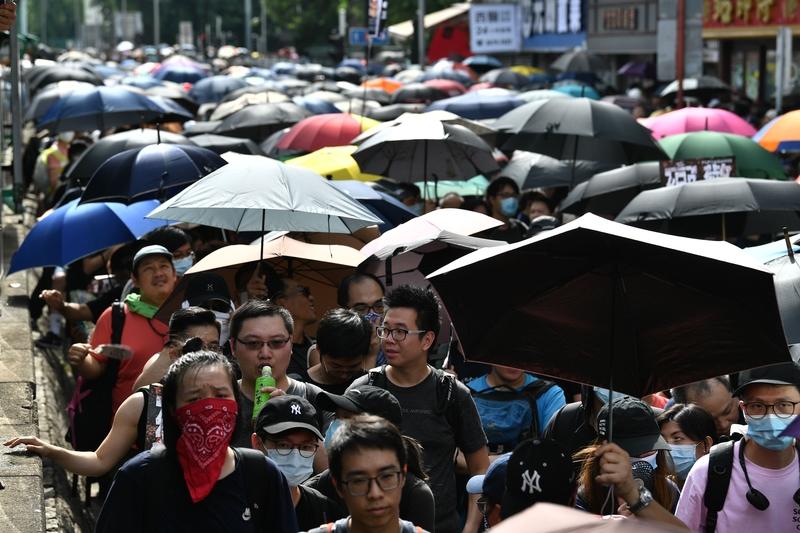 7月27日,元朗區7.27反黑大遊行人潮。(ANTHONY WALLACE/AFP/Getty Images)