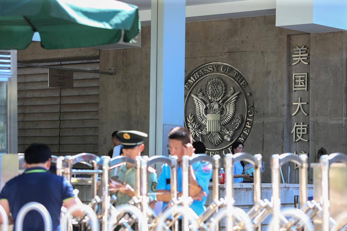 美國國務卿蓬佩奧周五(6月26日)宣佈,對破壞香港高度自治和限制人權的現任及前任中共官員實施簽證限制。圖為在北京的美國駐華使館。(Emmanuel Wong/Getty Images)