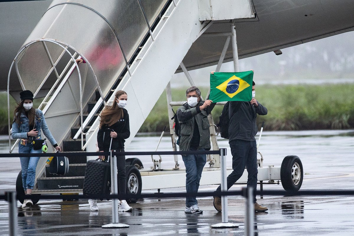 巴西衛生部長周三(2月26日)證實,一名曾前往意大利的61歲巴西男子返回聖保羅後被確診感染中共病毒,成為巴西首例中共病毒病例。圖為2020年2月9日,巴西從武漢撤僑的國民返國。(Photo by Andressa Anholete/Getty Images)