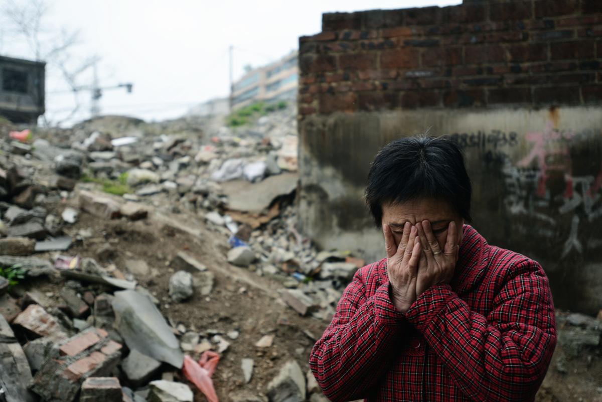 圖為2013年3月15日,貴州省貴陽市失獨母親黃黔英獨自面對晚年生活,其丈夫因病去世。(大紀元資料室)