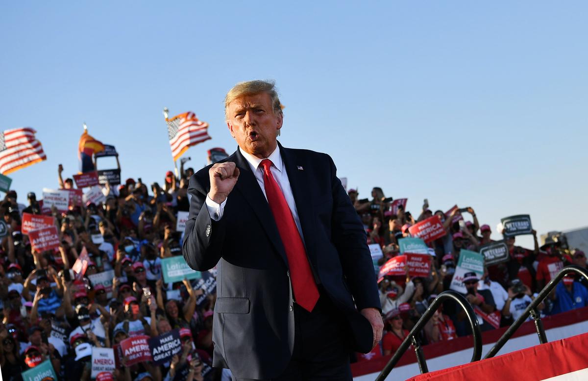 圖為2020年10月19日,美國亞利桑那州圖森(Tucson),總統特朗普在圖森國際機場舉行競選集會。(MANDEL NGAN/AFP via Getty Images)