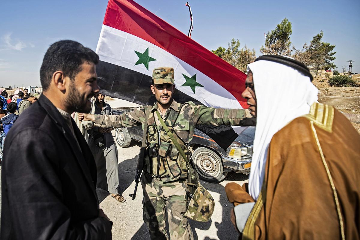 2019年10月14日,敘利亞政府軍到達位於該國東北部Hasakeh的Tal Tamr鎮時受到當地居民歡迎。(Delil SOULEIMAN/AFP)