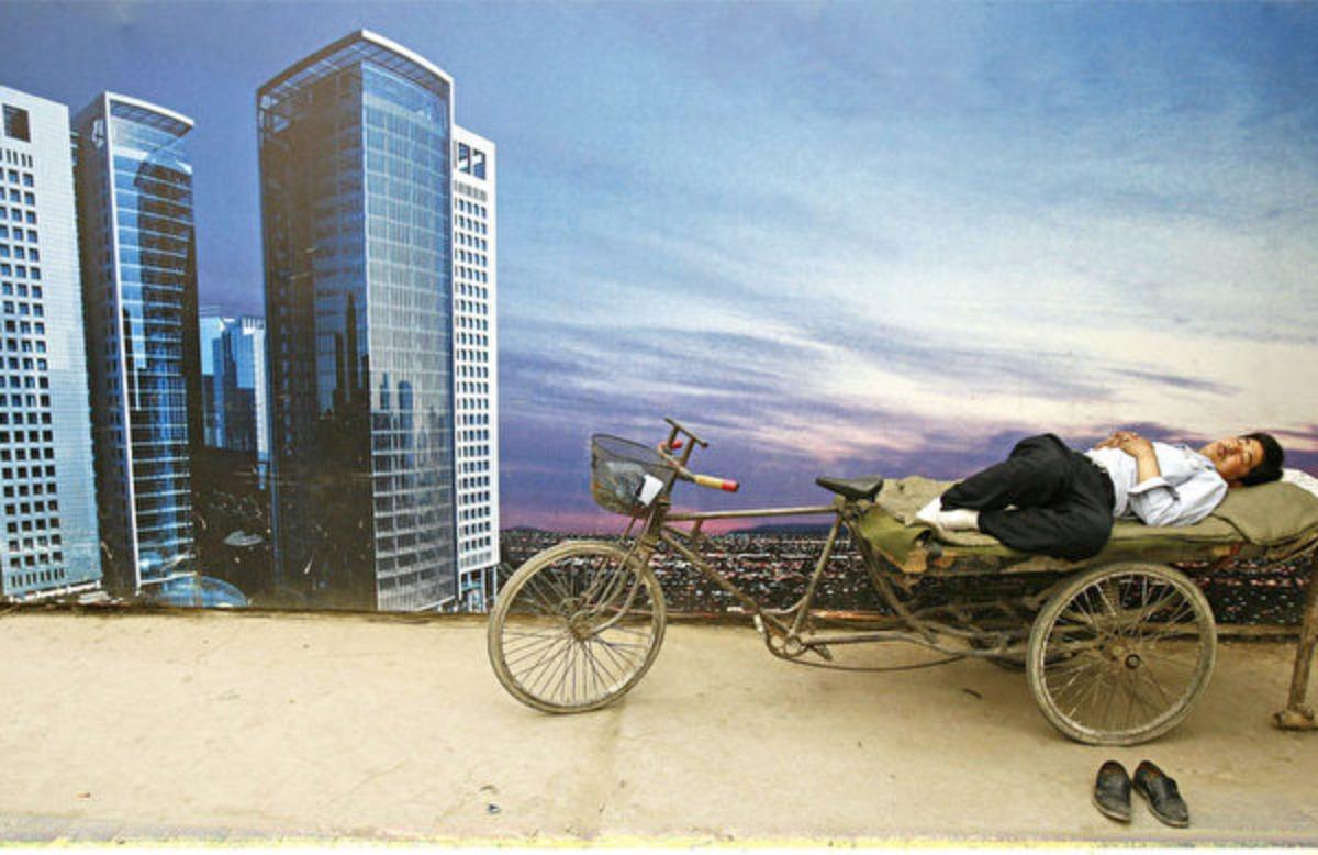 遼寧省一名政府高官在一次內部會議上,以「各行各業哀聲一片」來形容當前的中國經濟現狀。圖為大陸的一處樓市廣告。(Getty Images)