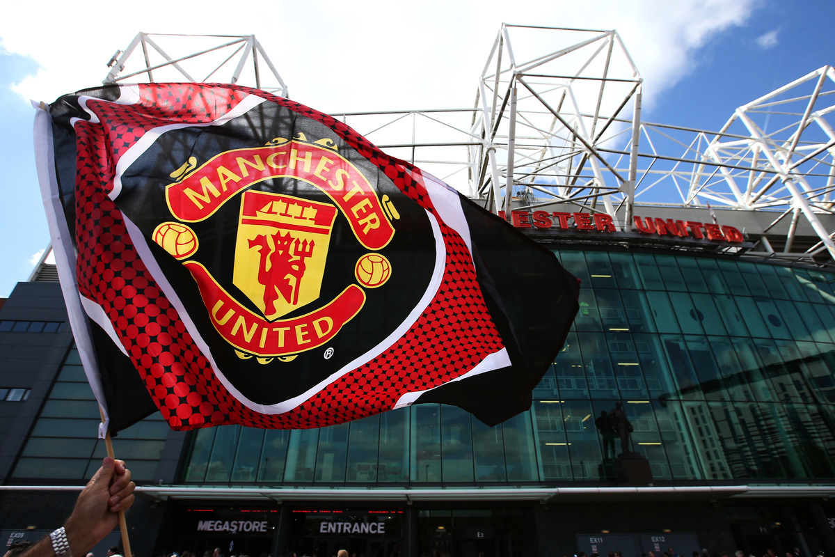 在歐洲五大聯賽球隊身價排行榜上,英超豪門曼聯以12.14億歐元位居第二。圖為球迷高舉的曼聯隊旗。(Alex Livesey/Getty Images)