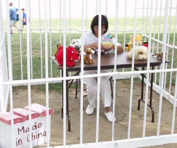 中共監獄中強迫被關押者做奴工。圖為強迫奴工演示圖。(大紀元記者攝影)