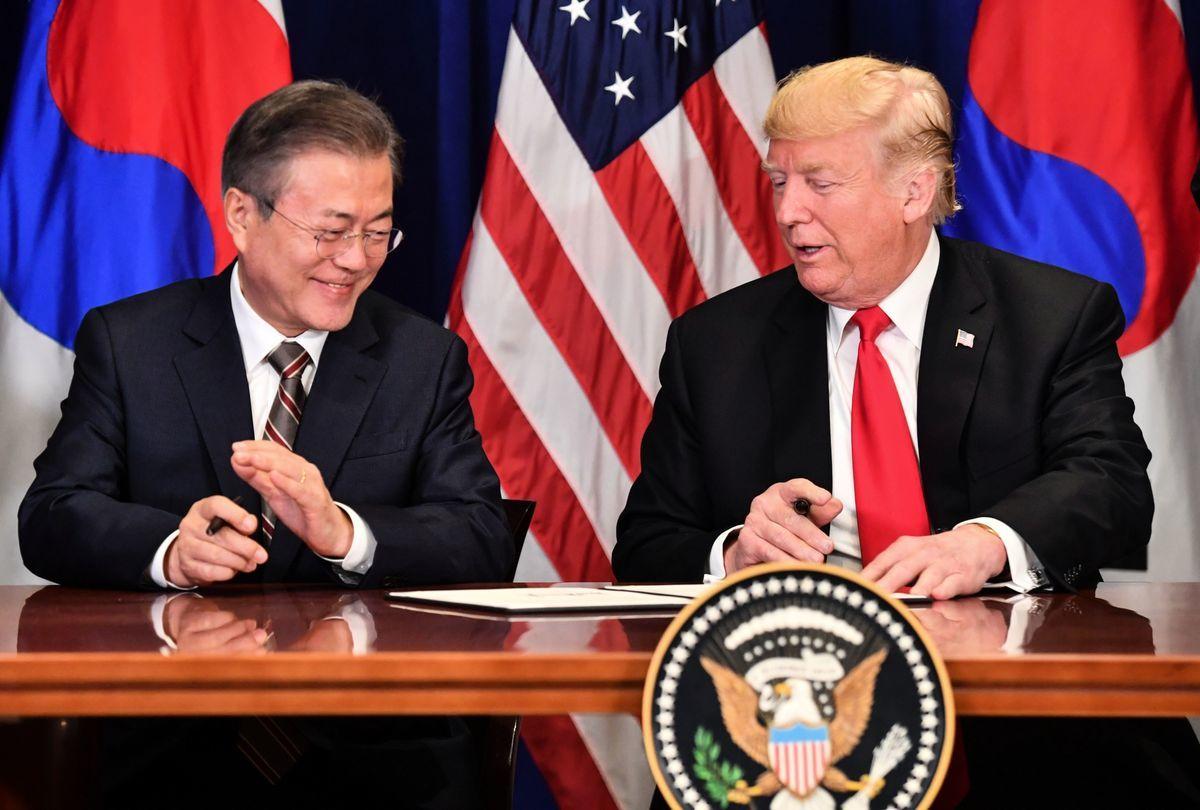 美國總統特朗普和南韓總統文在寅於9月24日在紐約聯合國大會期間簽署修訂後的《美韓自由貿易協定》。(NICHOLAS KAMM/AFP/Getty Images)