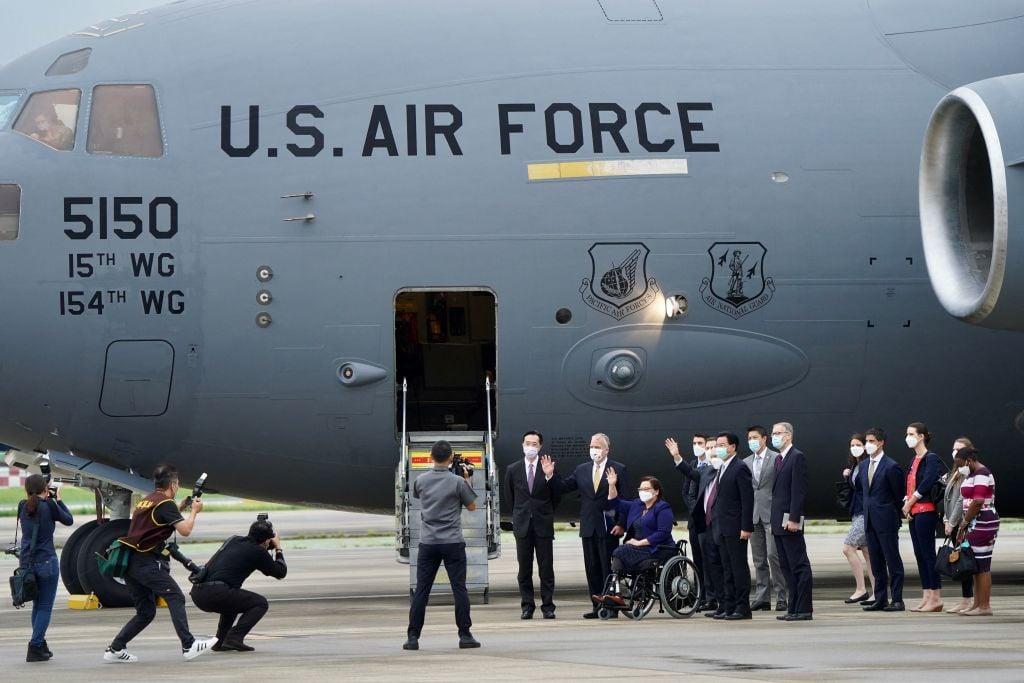 6月6日,美國議員乘坐美國空軍「波音C-17環球霸王III」(C-17 Globemaster III)貨機抵達台灣松山機場,這是美軍的主要戰略升降機。(Aden HSU/POOL/AFP)