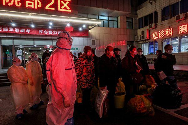 圖為3月3日武漢市第五醫院將中共病毒感染患者轉移到其他醫院。 (AFP/Getty Images)