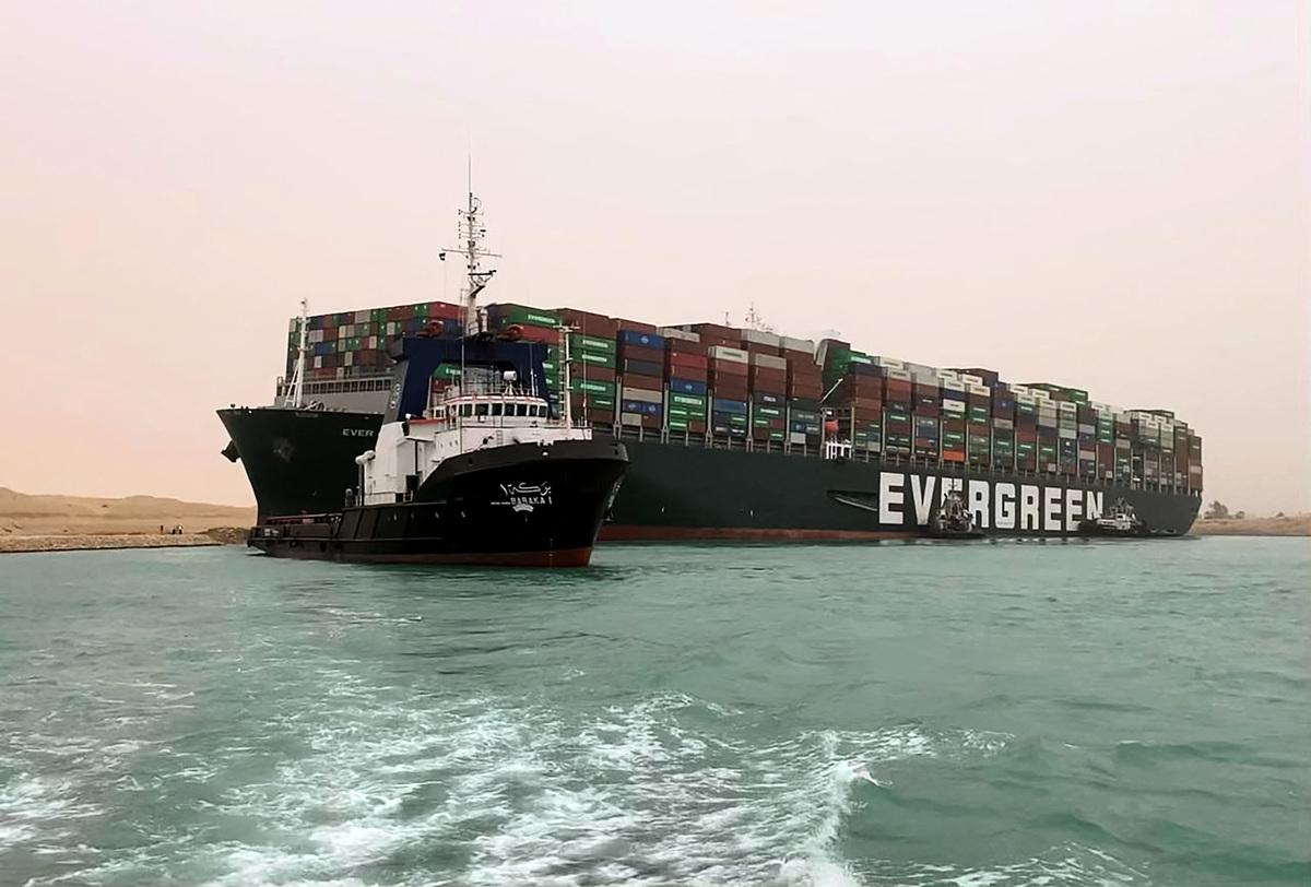 400米長的貨櫃船「長賜號」預計需要數周時間才能脫淺。(Handout Photo by Suez Canal Authority/HO/AFP via Getty Images)