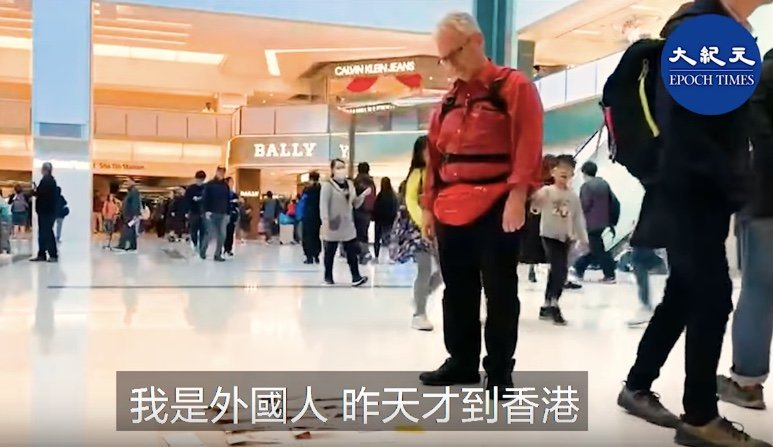 2019年12月27日,在香港沙田新城市廣場「和你溫(功課)」活動中,英國一巴士公司老闆安迪接受《大紀元》記者採訪。(大紀元影片截圖)