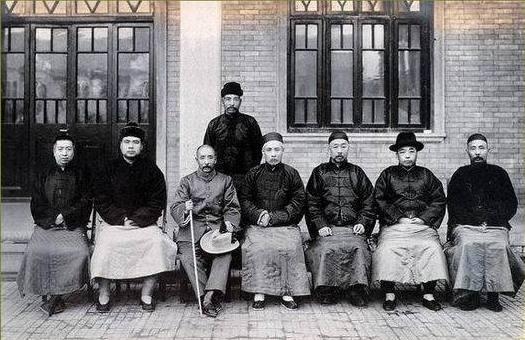 1924年天津會議,左起:梁鴻志,馮玉祥,張作霖,段祺瑞,盧永祥,楊宇霆,張樹元,站立者吳光新。(公有領域)