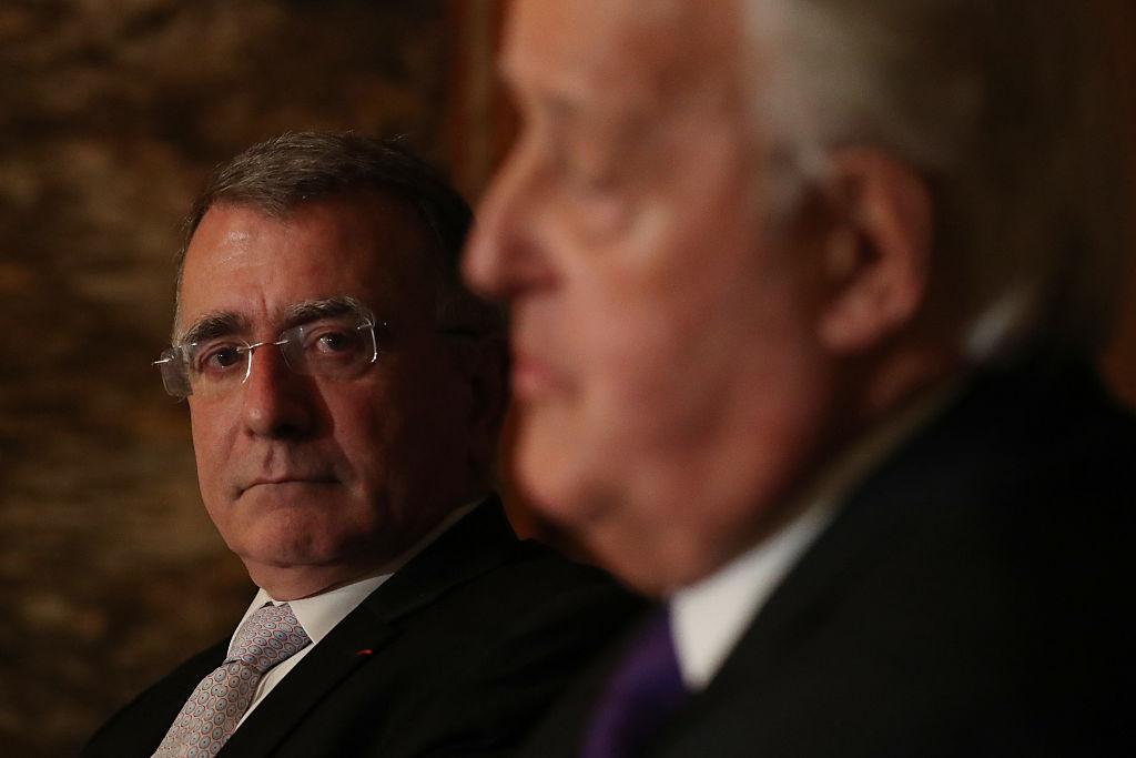 歐盟代表團駐中國大使郁白(左)表示,中國該停止強制技術轉移了。(Lars Hagberg /AFP/Getty Images)